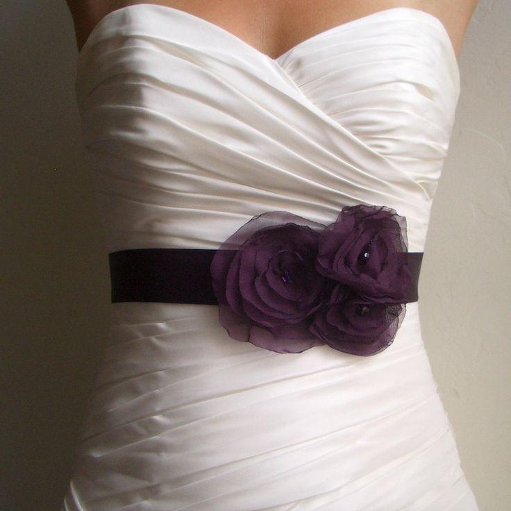 Свадебное платье с фиолетовой лентой и цветами
