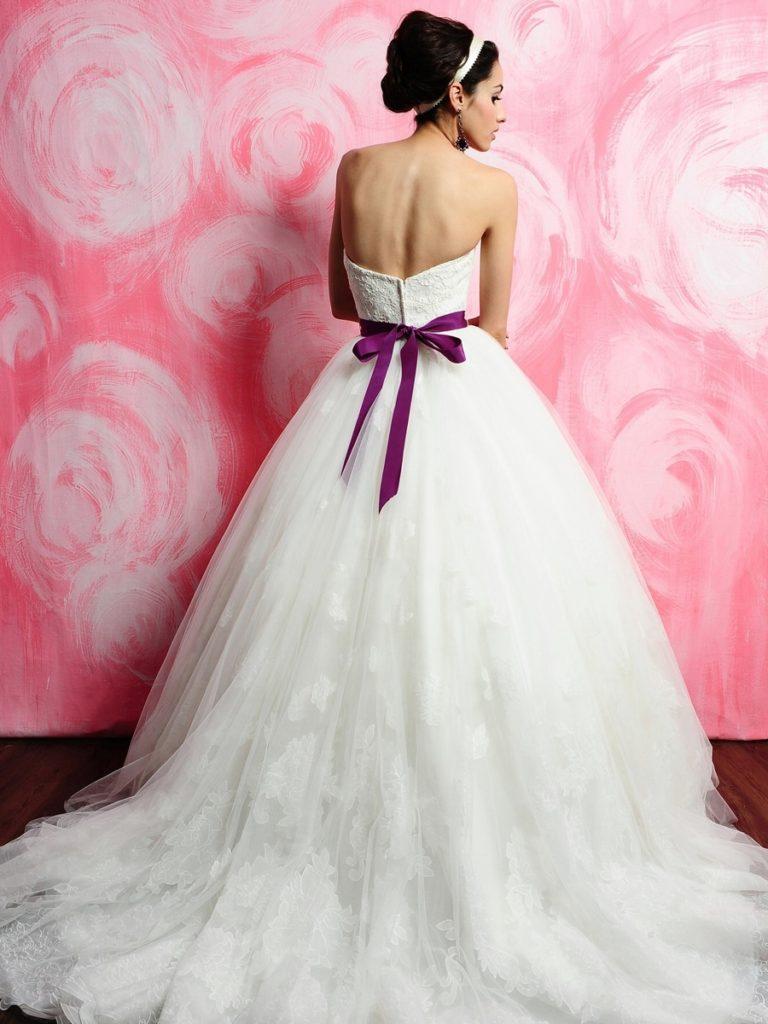 Свадебное платье с фиолетовой лентой