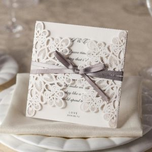 Белые свадебные приглашения с бантом