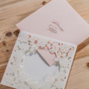 Бело — розовое свадебное приглашение